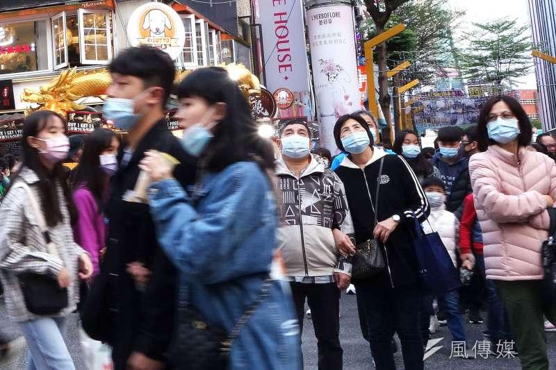 20201206-天氣變涼假日出遊的人潮依舊很多,圖為台北市西門町徒步區戴口罩出遊的遊客。(林瑞慶攝)