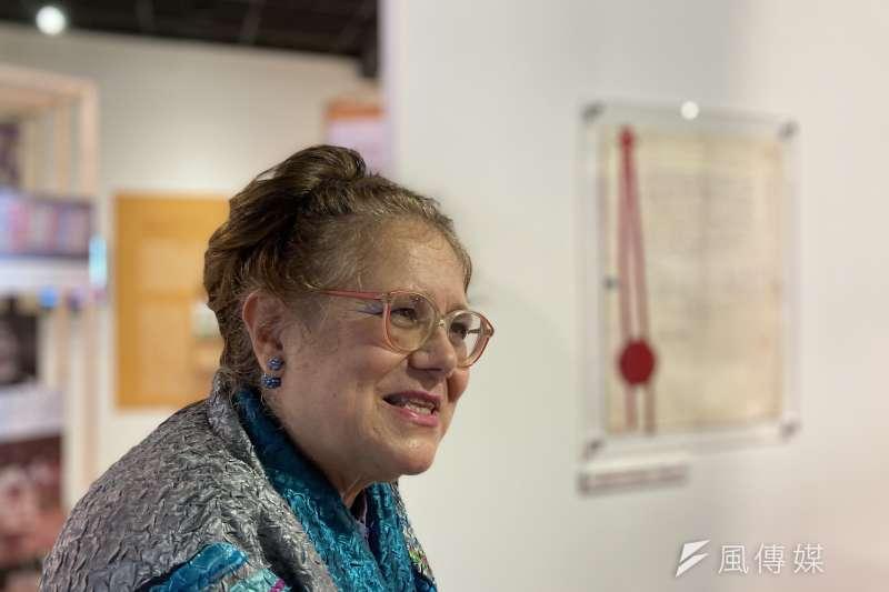 釋放台灣政治犯-海內外人權救援展:展覽顧問艾琳達,後方為她和施明德的結婚證書。(鍾巧庭攝)