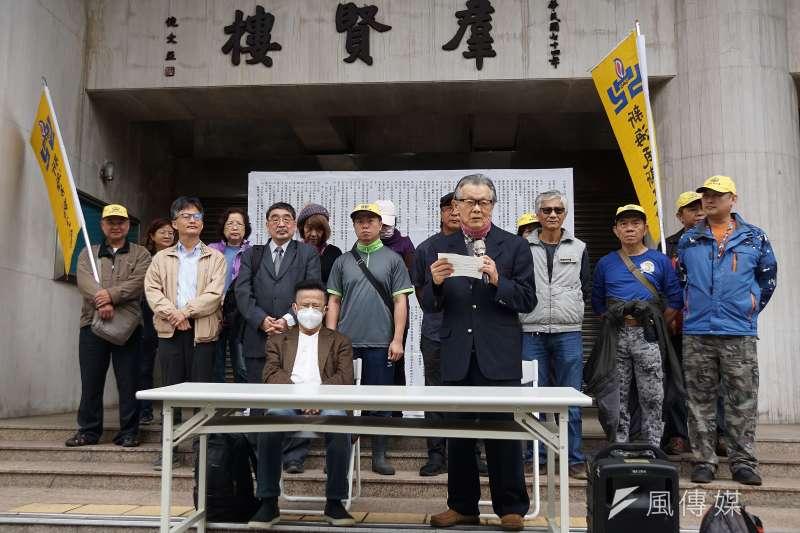 多位前黨外運動人士10日召開「世界人權日,體檢當權者」記者會,前民進黨代理主席張俊宏(前站立者)出席。(盧逸峰攝)