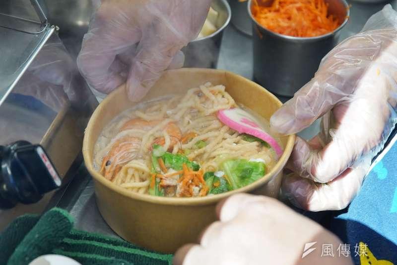 20201214-新巨輪服務協會推出無礙餐車,讓協會成員能生活自立,圖為在餐車內烹調餐點。(盧逸峰攝)