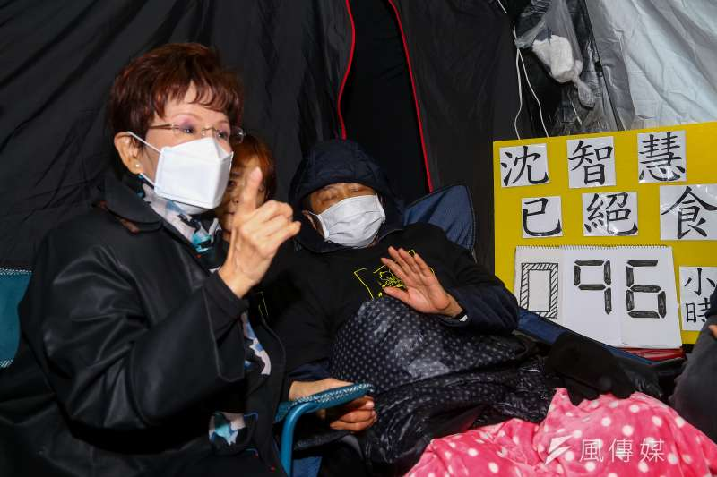 20201216-前國民黨主席洪秀柱(左)16日探視於立院外絕食的前立委沈智慧(右)。(顏麟宇攝)