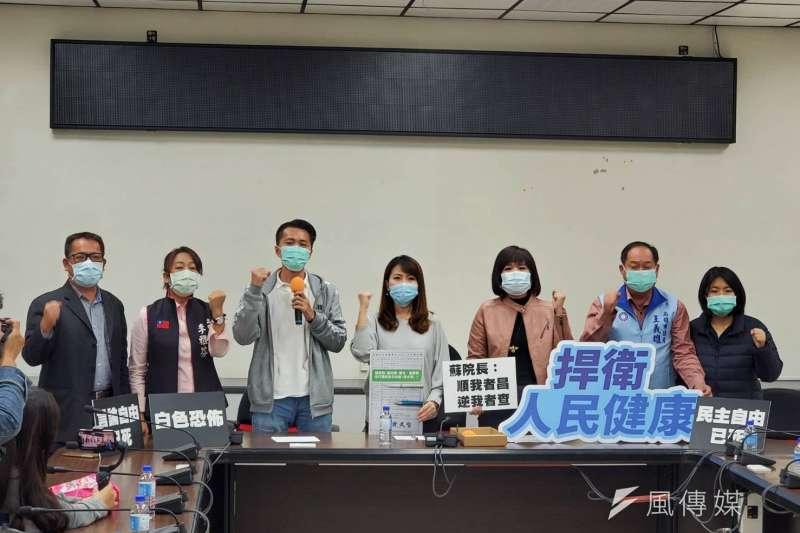 今(17)日上午國民黨市議員在高雄市議會召開「聲援反萊豬醫師、拒絕蔡政府打壓言論自由」聯合記者會。(圖/徐炳文攝)