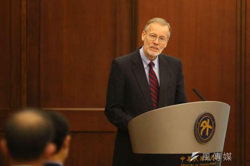 2020年12月18日,外交部舉行「台美科學及技術合作協定」宣布記者會,美國在台協會處長酈英傑出席致詞。(柯承惠攝)