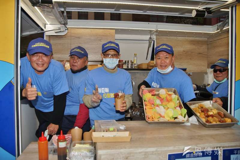 20201219-2020年度人權辦桌19日在立法院旁青島東路舉辦,新巨輪服務協會的餐車也到場販售餐點。(盧逸峰攝)