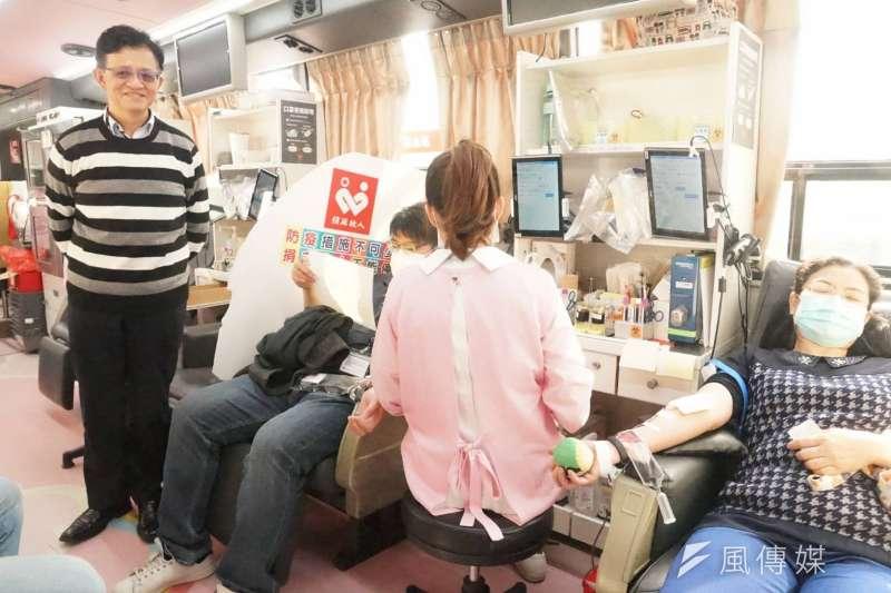 煉製事業部副執行長曾繁鑫到捐血現場為行善員工等加油打氣。(圖/徐炳文攝)