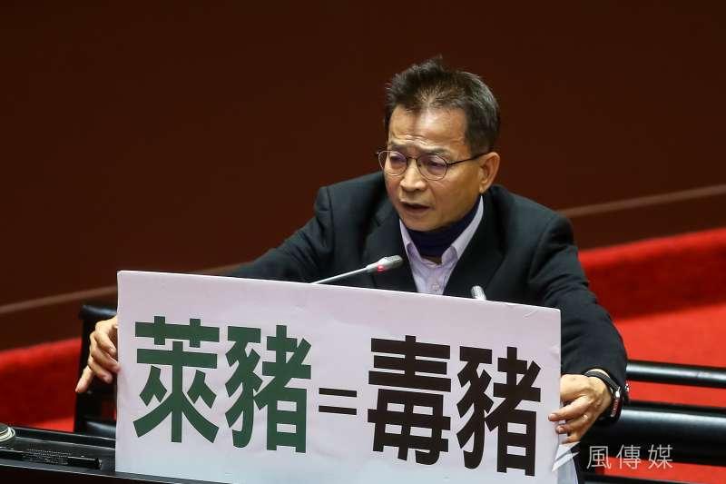 國民黨立委賴士葆拿出「萊豬=毒豬」標語,力挺蘇偉碩醫師。(資料照,顏麟宇攝)