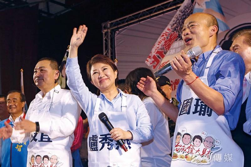 盧秀燕(中)一度被認為是搭上韓國瑜(右)的韓流熱潮才當選台中市長。(郭晉瑋攝)
