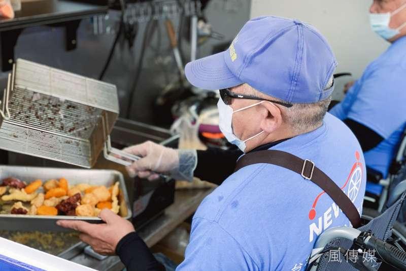 20201208-新巨輪服務協會推出無障礙餐車,讓協會成員能生活自立(謝孟穎攝)