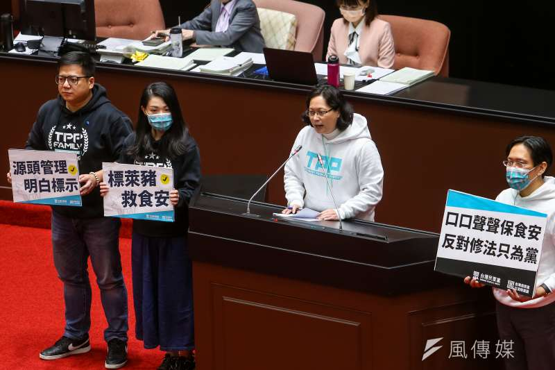 民眾黨總召賴香伶(右二)與黨籍立委24日於食品安全管理法修法後發言。(顏麟宇攝)
