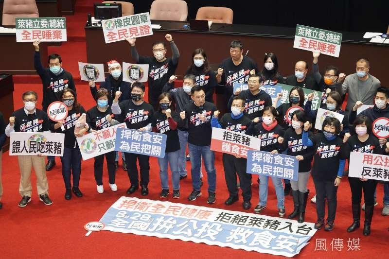 立法院24日通過萊豬相關9項行政命令,國民黨立委於議場中召開記者會。(盧逸峰攝)
