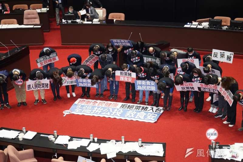 20201224-立法院會24日處理萊豬相關法案與9項行政命令,國民黨立委為無法擋下萊豬進口鞠躬向國民致歉。(盧逸峰攝)