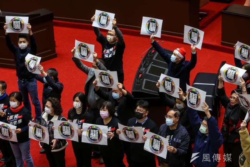 20201224-國民黨立院黨團24日於院會表決時高舉「民進黨,騙」標語。(顏麟宇攝)