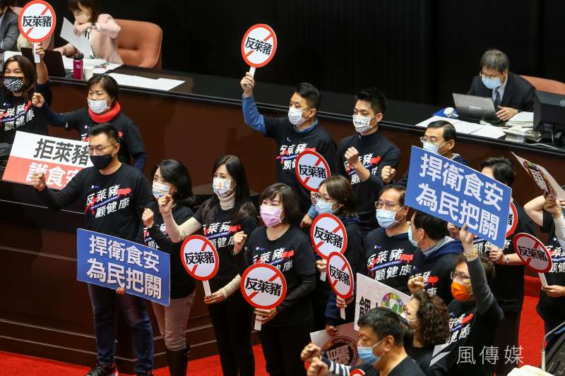 民黨立院黨團24日於學校衛生法修法後高喊「反萊豬入校園」。(顏麟宇攝)