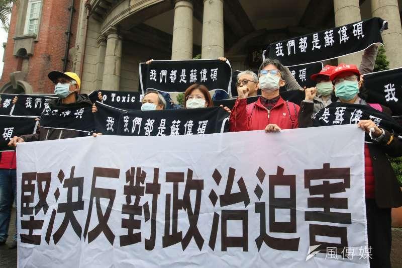 中華人權協會與民團組成律師團25日陪同醫師蘇偉碩(右二)向「國家人權委員會」陳情。(柯承惠攝)