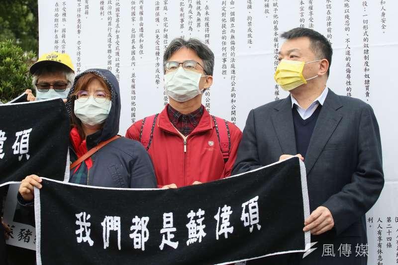 20201225-中華人權協會與民團組成律師團25日陪同醫師蘇偉碩(右二)向「國家人權委員會」陳情。(柯承惠攝)