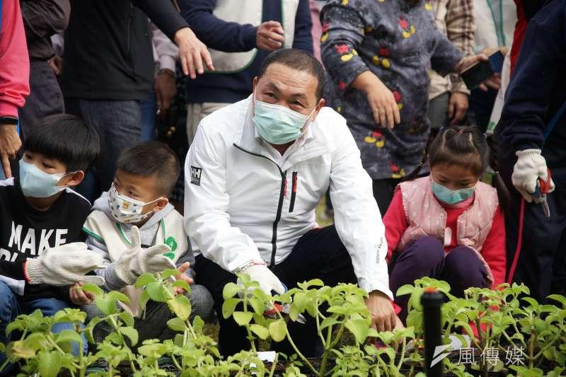 新北市長侯友宜(見圖)27日出席五股垃圾山心環原綠地完工典禮、種下盆栽。(盧逸峰攝)