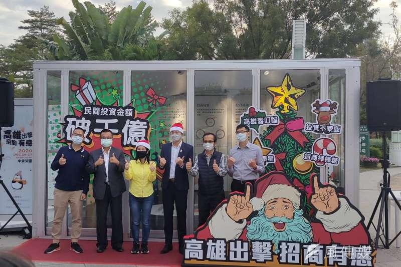 高雄市經發局於中央公園站一號出口設置聖誕風玻璃屋,供民眾拍照打卡,體驗VR遊戲樂趣。(圖/徐炳文攝)