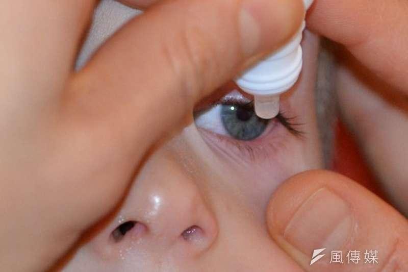 眼睛乾癢時不少人會點市面販售的人工淚液,但這樣真的好嗎?(圖/Pixabay)