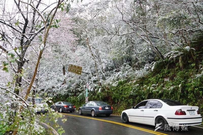 中央氣象局預估30日將有寒流來襲,高海拔地區更可能出現下雪、路面結冰現象。圖為2016年霸王級寒流,導致山區公路下雪一景。(資料照,盧逸峰攝)