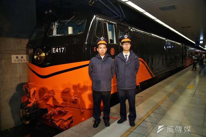 台鐵「鳴日號」觀光列車29日在南港車站正式啟動,列車司機員與車頭合影。(盧逸峰攝)