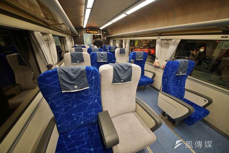 20201229-台鐵「鳴日號」觀光列車29日在南港車站正式啟動,圖為車廂坐席一景。(盧逸峰攝)