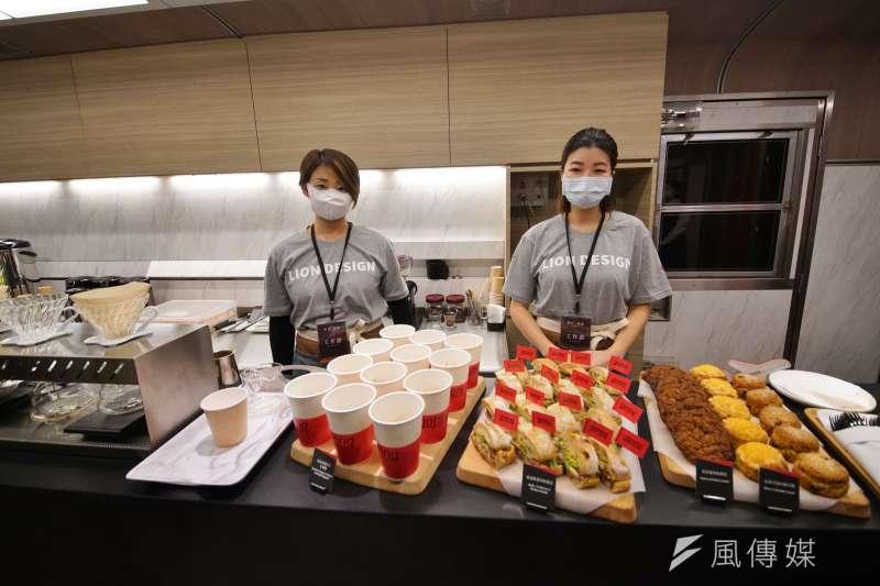 20201229-台鐵「鳴日號」觀光列車29日在南港車站正式啟動,餐車一景。(盧逸峰攝)