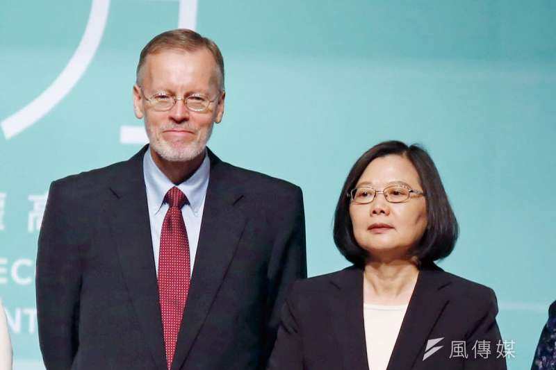 酈英傑(左)頻繁與總統蔡英文(右)出席公開活動,遭質疑對民進黨有私心。(郭晉瑋攝)