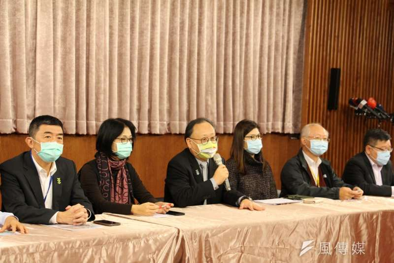 高雄線上跨年說明會,由副市長史哲(左3)親自主持,率相關局處首長說明相關措施。(圖/徐炳文攝)