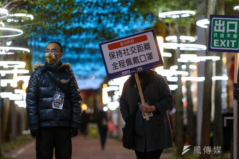 20201231-北市府前跨年晚會31日如期舉行,但要求民眾口罩戴好戴滿,並禁止飲食。(顏麟宇攝)