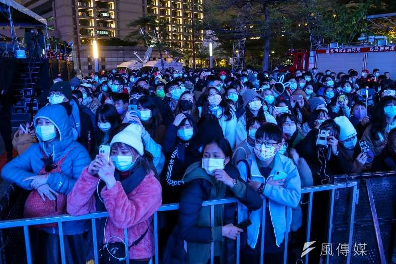 台北市府前跨年晚會如期舉行,但要求入場民眾口罩戴好戴滿。(資料照,顏麟宇攝)