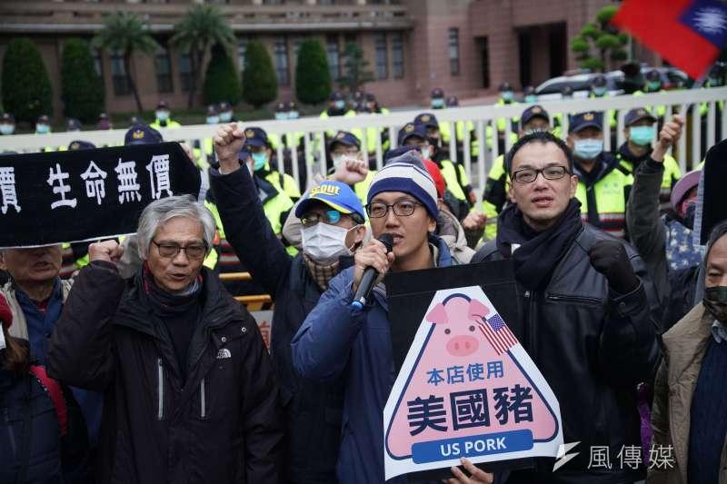 民間反瘦肉精毒豬聯盟元旦前往行政院抗議。(盧逸峰攝)