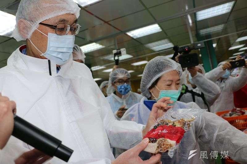 新北副市長謝政達與局處首長到老協珍八里工廠,視察豬肉相關產品標示情形。(圖/李梅瑛攝)