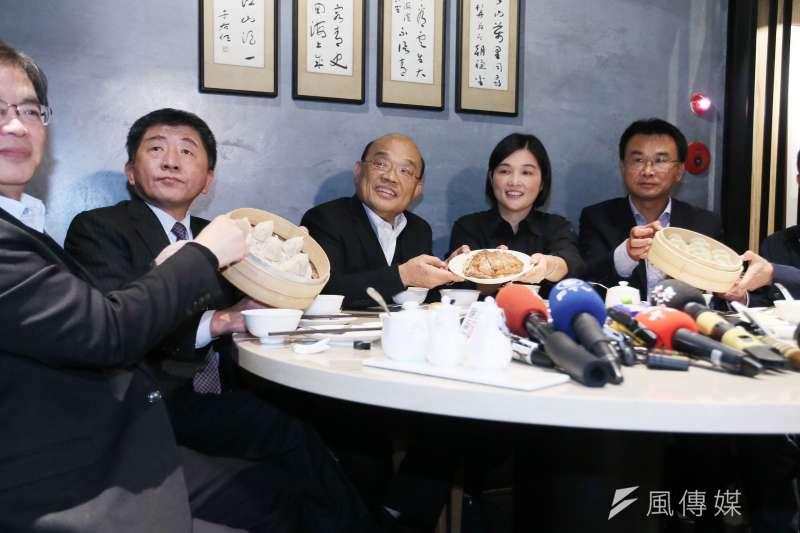 行政院長蘇貞昌(右三)日前率領官員品嘗台灣豬美食。(資料照,柯承惠攝)