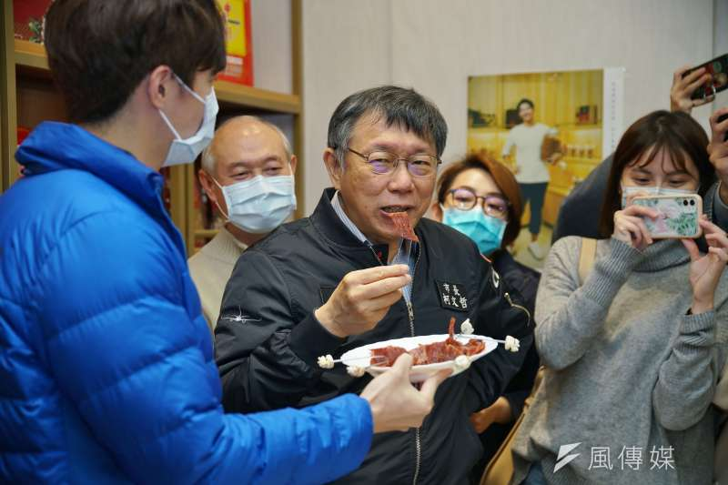 20210106-台北市長柯文哲6日前往中華軒食品公司視察豬肉製品原產地標示狀況,並當場試吃豬肉乾。(盧逸峰攝)