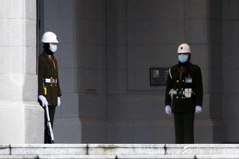 20210108-總統府衛哨憲兵在低溫下值勤。(蘇仲泓攝)