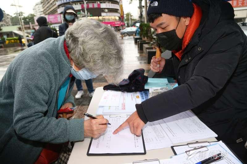 20210108-民眾簽署反萊豬公投連署書。(顏麟宇攝)