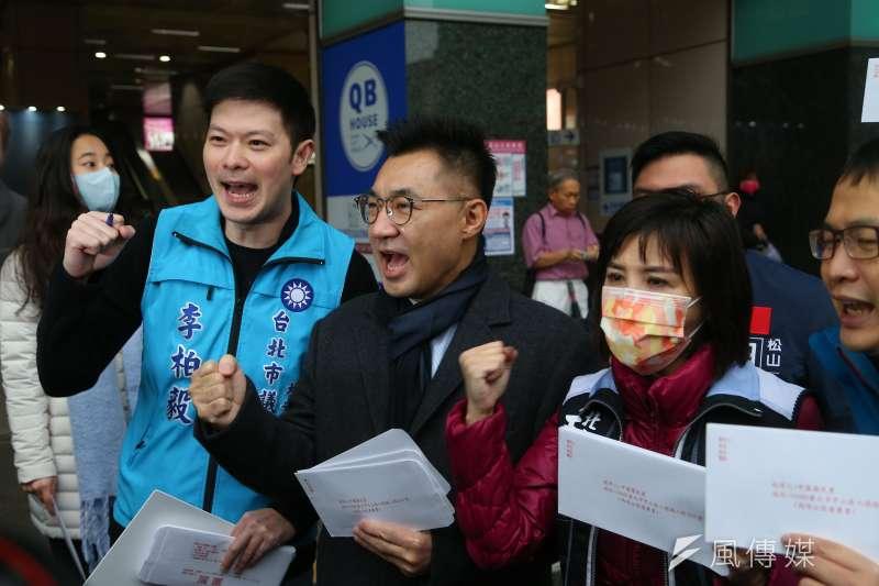 國民黨主席江啟臣(左二)8日出席「縱橫台北,反萊豬公投連署」記者會,喊出2個月內全台達成50萬份連署的目標。(顏麟宇攝)