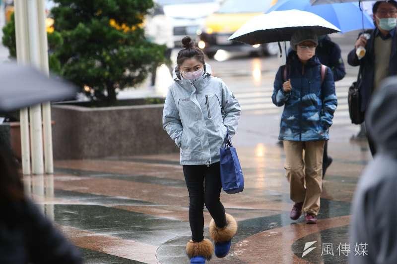 冷到懷疑人生!今年寒流的威力超強,暖暖包跟發熱衣都一件難求。(圖/顏麟宇攝)