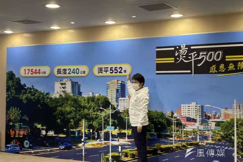 台中市長盧秀燕感謝市府參與道路燙平工程的人員。(圖/王秀禾攝)
