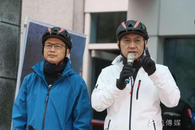 國民黨主席江啟臣(右)與台北市議員羅智強(左)12日出席為食安而騎,反萊豬「公投連署,縱騎台灣」活動。(柯承惠攝)