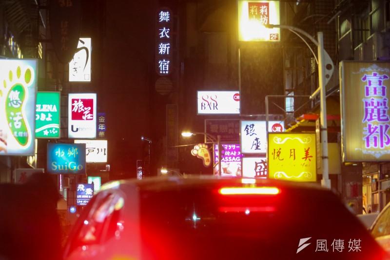 20210112-酒店組工會專題配圖,林森北路,鋼琴酒吧,八大行業,條通,霓虹燈。(顏麟宇攝)