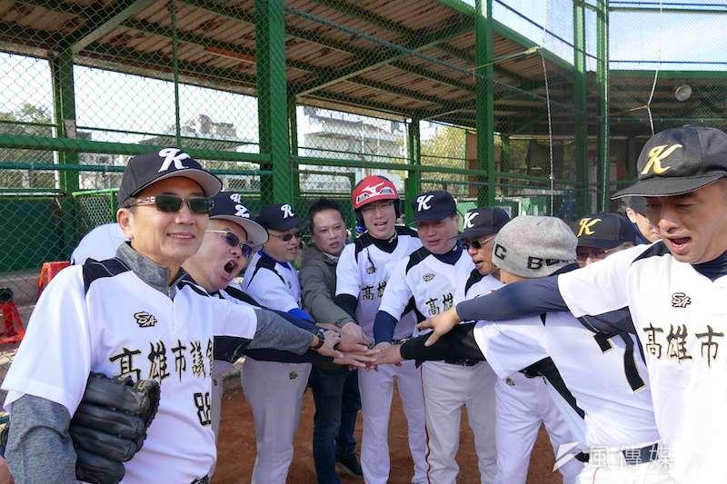 高雄市議會慢速壘球隊,賽前相互加油打氣。(圖/徐炳文攝)