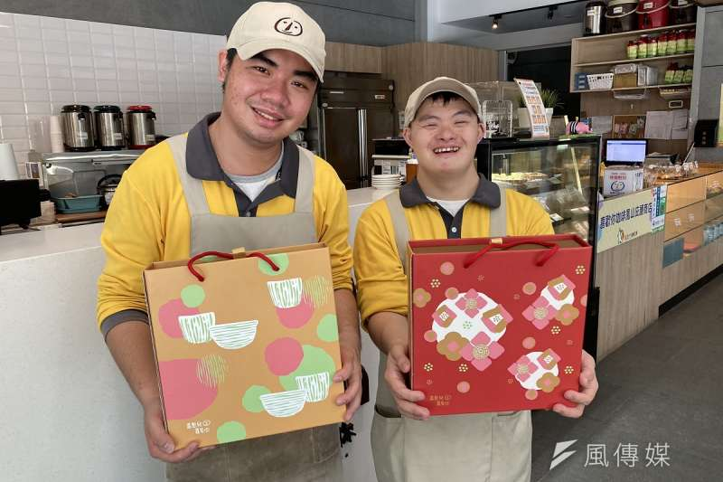 高雄市勞工局輔導的庇護工場近日推出多款春節伴手禮盒,質優味美價格實在。(圖/徐炳文攝)