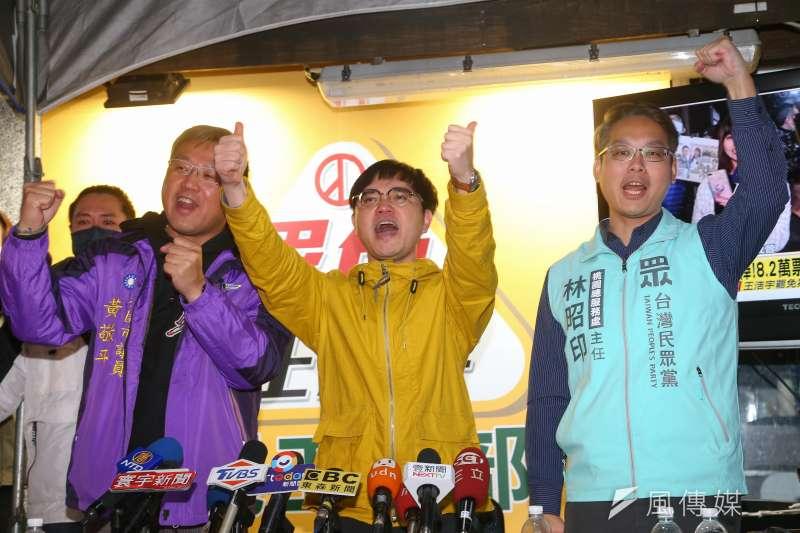 民進黨桃園市議員王浩宇罷免成功過關,在罷免通過的當下,罷王發起人唐平榮(中)在開票現場表示,這個榮耀是全台灣人民的勝利。(資料照,顏麟宇攝)