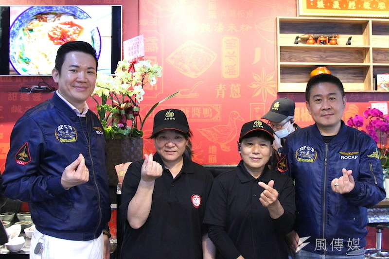 餐飲集團業者(左1)很開心這些銀髮夥伴的加入,認為他們能傳承經驗發揮自我價值。(圖/徐炳文攝)