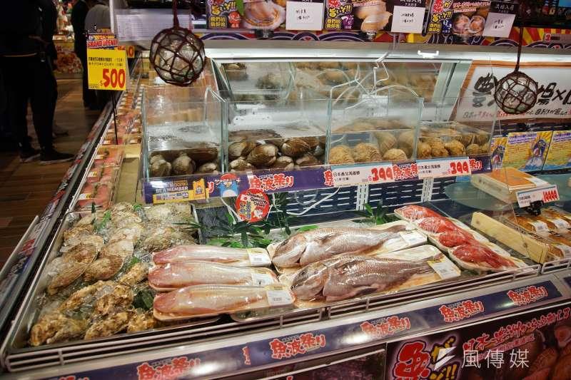 20210118-唐吉軻德西門店18日舉行開幕前記者會,海鮮區有賣活貝類以及鮮魚。(盧逸峰攝)
