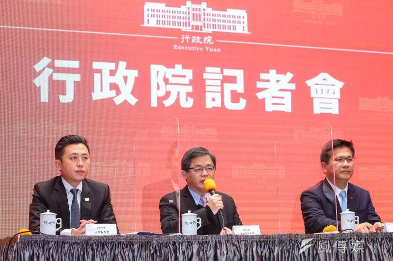 新竹市長林智堅(左起)、行政院秘書長李孟諺、交通部長林佳龍19日出席行政院記者會,宣布停辦2021台灣燈會。(資料照,顏麟宇攝)