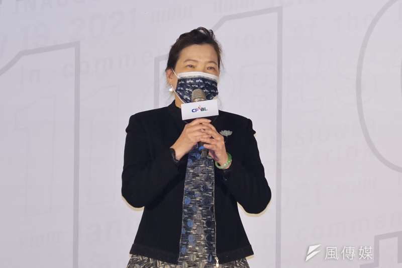 中華職棒大聯盟19日舉行第10、11屆會長交接典禮,經濟部長王美花(見圖)分享自己的開球經驗。(盧逸峰攝)