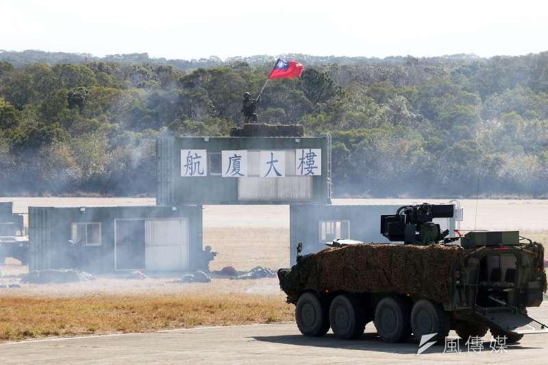 陸軍六軍團19日在新竹湖口中興台實施「反滲透重要目標防護演練」,參與單位在奪回航站後揮舞國旗。(蘇仲泓攝)