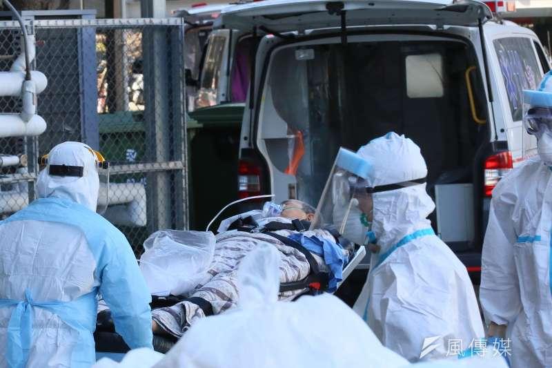 部立桃園醫院新冠疫情延燒,院内病患陸續由救護車送離院區。(柯承惠攝)
